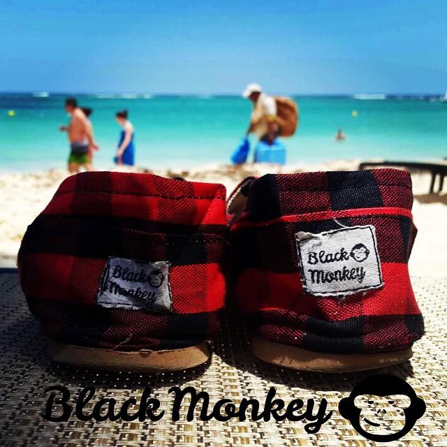 Porque a las #blackmonkey no les gustan quedarse quietas, se fue un rato a la playa. Relax. @blackmonkeystore #alpargatas #calzado #relax #beach #mexico #islamujeres #sunday #onda #style #enjoytheride #travel #peace #design #live #enjoy...