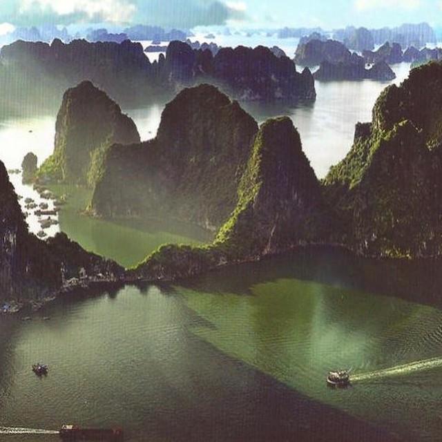 #ReefPlayas Bahía de Halong-Vietnam Aunque la Bahía de Halong no es una playa, si que tiene agua y sol a partes iguales. En este caso para disfrutar de la bahía de Halong, en lugar de una toalla nos hará falta un crucero. Lugar espectacular donde los...