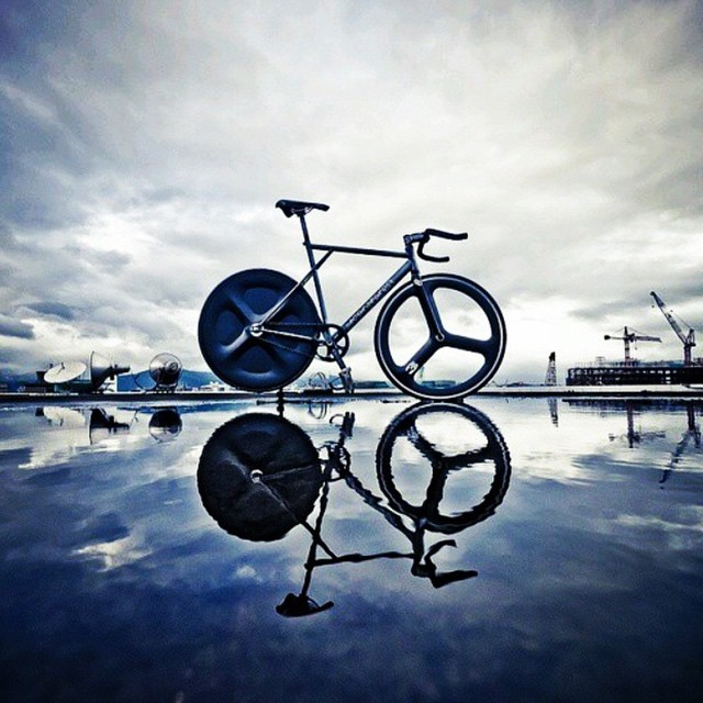 Time to ride! Photo cred@assuhaimizariff #fixedgear #fixiefamous #bike #ridefast