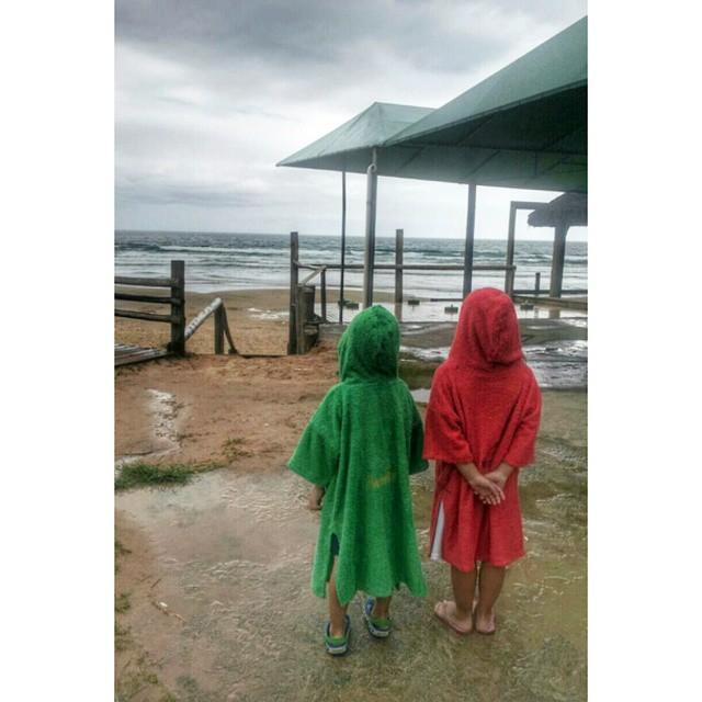 Hoy, esperamos la lluvia desde Brasil con #elmandarinasurf ♣  #rain #summer #beach #friends #kids #colours #play #free #style #surf #holidays #ocean #water #sea #elmandarinasurf #brother #sister #road #cool #backhome #sun #sand #water #sand #twins #green