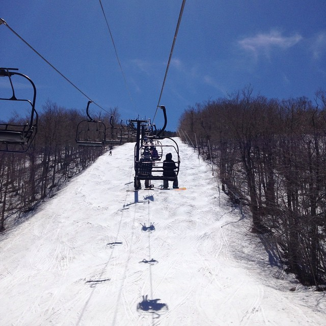 #tbt #closingday @mountsnow #JustSendIt #ilovermont #skiing #snowboarding #bumps #northface #carinthia #sendit @zayjmad191 @valleybikeandskiwerks @drausch1976
