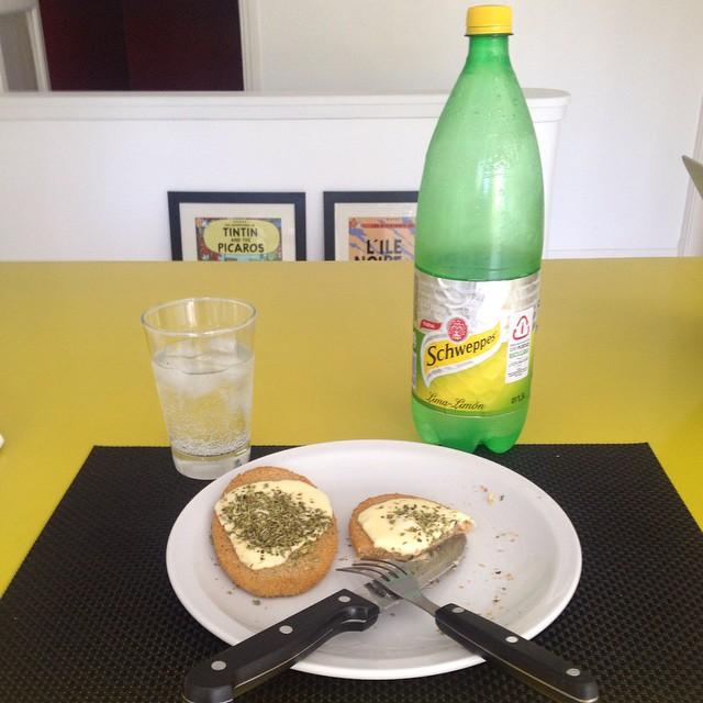 Hoy en Almorzando con Francho: Milanesas de soja, quesito y orégano acompañado por una rica #Schweppes Lima-limón