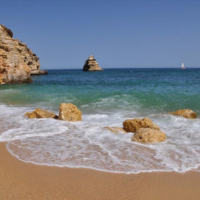 #ReefPlayas Dona Ana, Alvagre-Portugal Es una de las playas de referencia del Algarve portugués en la zona conocida por Costa de Oro, derivado del color amarillo/oro de las rocas que envuelven esta playa. Está protegida del viento y cuenta con agua...