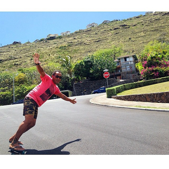 Sliding sideways Sunday with the captain of stoke @aaroncharart leaning into one on Oahu! @sustainablecoastlineshawaii