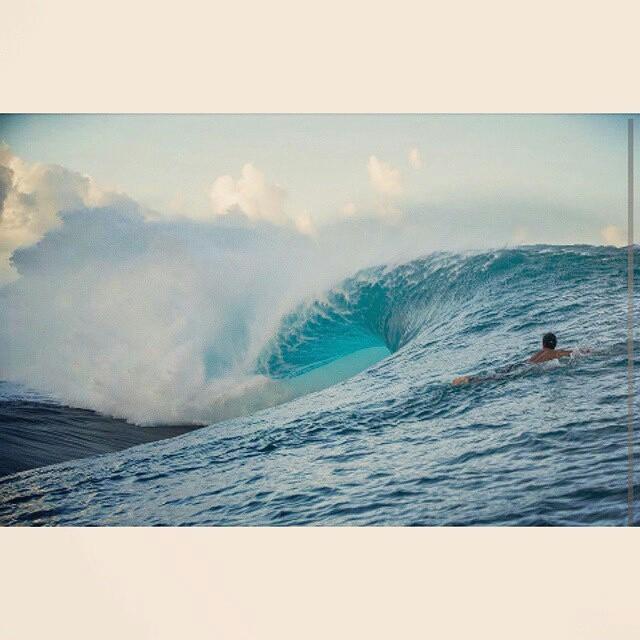 @juanarca1 desafiando el poder de las olas en Teahupoo