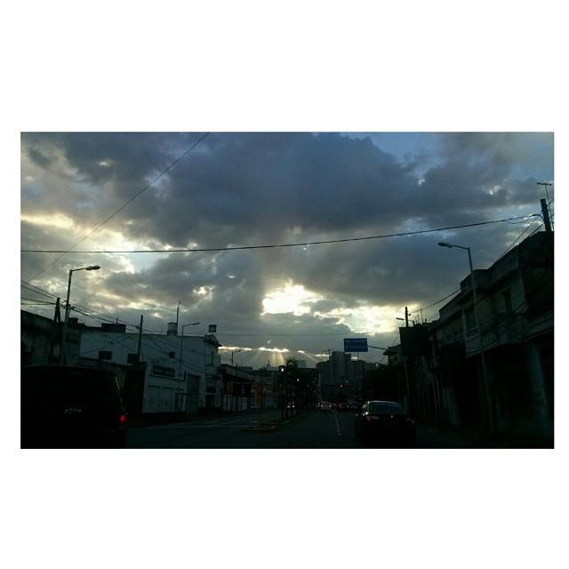 Buenos días, Buenos Aires y suena Rapsodia Bohemia en la radio #genialidad #cielo #sky #cielosdebuenosaires #buongiono #buendia #sinfiltro #viaje