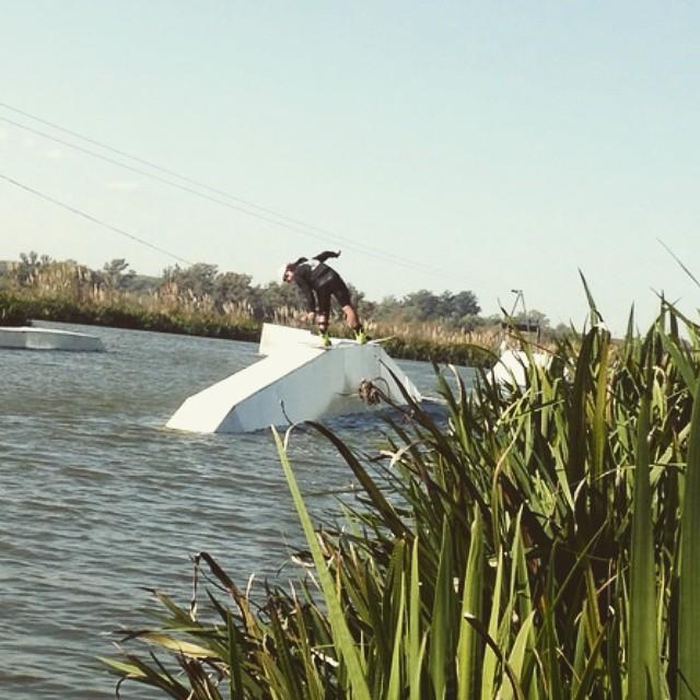 Diaz para lo que se viene -  @tomikaragozian pegándole con toda al A-frame #reefargentina #ReefTeam #wakeboard
