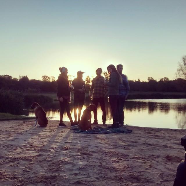 Fin de tarde en el lago, relajando con unas coronas