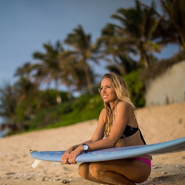 #HappyFriday!! @shannonreporting with a little pre #surf #meditation... Photo @mikepbres ... @electric_surf @malibusurfboards