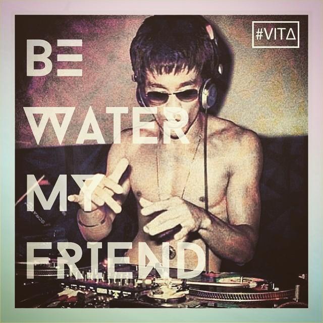 En este viernes hermoso hagámosle caso a uno que la tenía muy clara☆☆☆ Acordate que podés encontrar todos nuestros productos en los locales de GoodPeople y Breakdown Store, en la Bond Street  goodpeople.com/vita  #VITA #VitaCaps #Bruce #Lee #Be #Water...