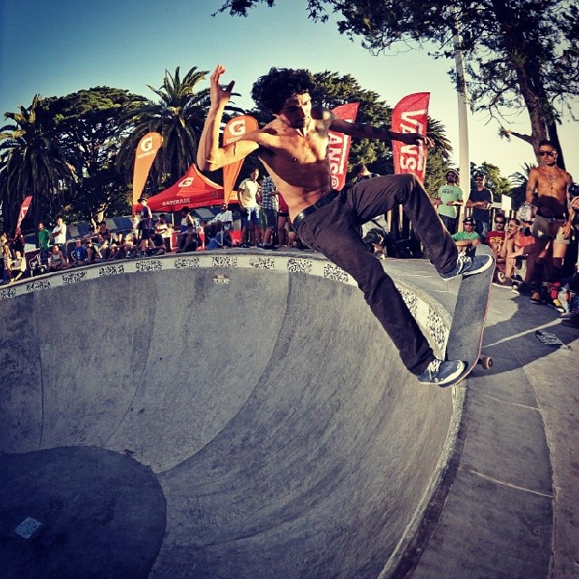 @dariomattarollo pidiéndole todo en el #authenticbowlsessions  foton x @alemercado #skate #skatevans #skateboarding #bowl #mirabowl @MiramarARG