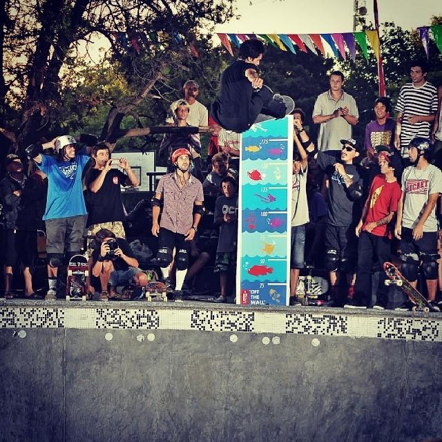 @sandromoral  volando en el #authenticbowlsessions. Capturado x @alemercado #skateboarding #skate #skatevans #mirabowl @MiramarARG