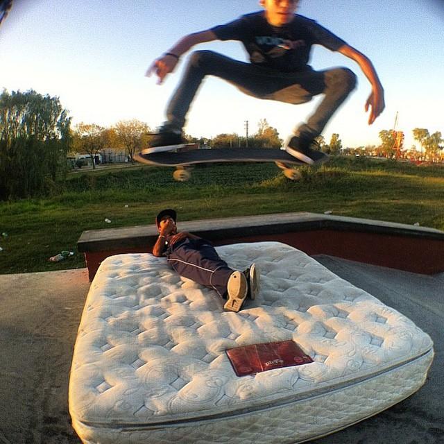 Salta de la cama que es lunes y puede ser un gran día! Santi Rezza @santirezza, Mike capturados por @eliasdoblez #TrueToThis #VolcomSkate #Skate #Berisso #SkatePark