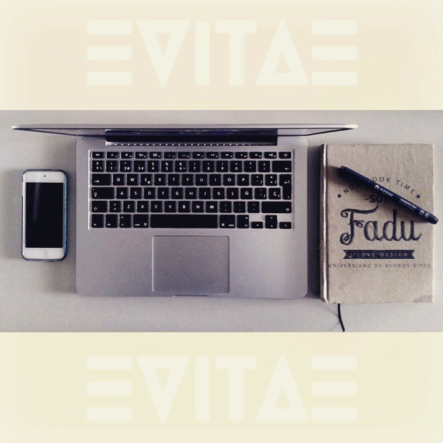 Work station right now!! Fuerza este lunes que arranca la semana con todo!! #VITA #VitaCaps #VitaBeanies #Work #Station #Apple #Mac #FADU #iPod #Caps #Hats #Monday #Funday #PicOfTheDay #InstaPic #Good #Cold #Autumn