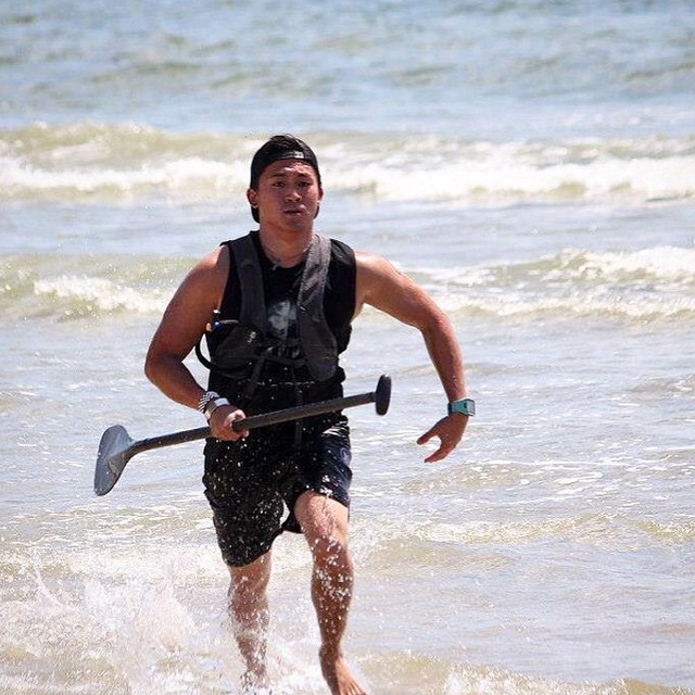 One of our fave athletes in the world of #SUP @brandon_punz  sprinting at the home stretch of his race!  #revbalance #findyourbalance #balanceboards #madeinusa #SUPGladiator  #boardsports #balanceskills #paddleboarding #progression #ride #train...