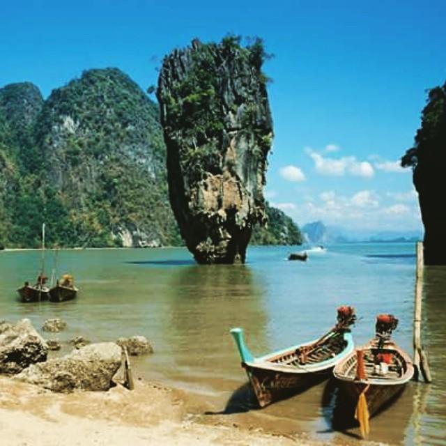 #ReefPlayas Phang Na (Tailandia) Un laberinto rocoso se adentra en las aguas del mar de Andaman, al sur del país. Las crestas montañosas emergen en las aguas, tapizadas de verde. El área sobre la bahía es el Ao Phangnga National Park y desde Phuket...