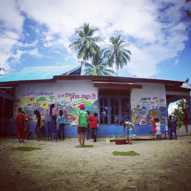 Mural-making meets magical Mentawai /// #aliquidfuture /// @gopro #gopro @billabongwomens #wandermuch #beyondthebeach #livingmuseum #murals #homeiswheretheartis #expressionsthroughheART #dreams #indonesia #infinity #coast2coast #communityvoices...
