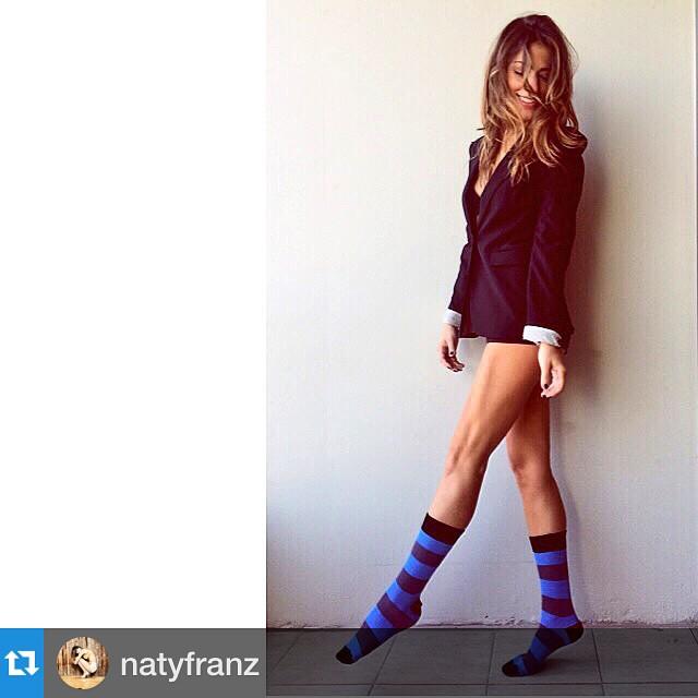 Junto a la genia de @natyfranz les deseamos un MUY buen viernes! @natyfranz with @repostapp.・・・Mis piernas Bailan Solas... Y mis medias @tiendasuarez Ponen el #Swing #EnergiaDeViernes invade mi Cuerpooo #ARRIBA