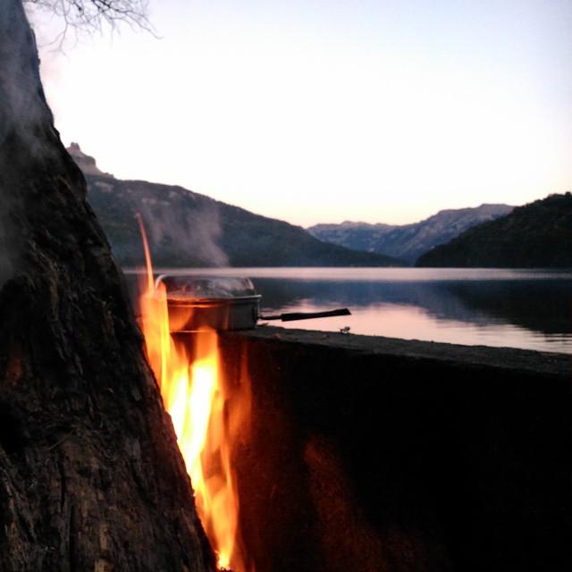 Correte, Francis. Hacé lugar que estorbás.  Alta mermita, @villaverdemica!!!! #Camping #LagoFalkner #Argentina #Cicloturismo #Nature #Peace #Freedom