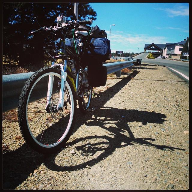 Arrancamos, chabón!!! A 500 mts, puesto de Patys, esto termina en pato... GRACIAS a todos los que sumaron su camioncito de arena para este viaje!! #Bariloche #Bike #Cicloturismo #Argentina