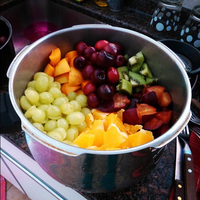 Marchame yna ensalada de frutas con... Ensalada de frutas. #NYE #HappyNewYear #FruitSalad #Addiction