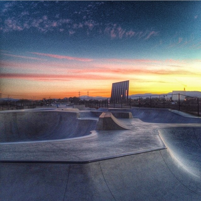 Regram @oldmanskatesesh #earlymorningsesh #firstlight #oceanside #skatepark #sunrise #sunday #skatesession #rollforever #skateboarding