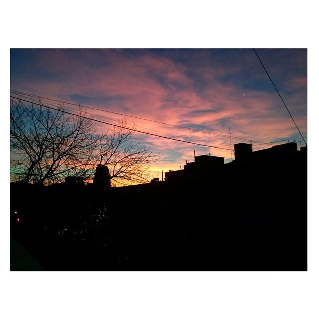 18:15Hs. Cursar a esta hora, mirar por la ventana. Hermosor. #BuenosAires #caeelsol #atardecer #cielo #sky #cielosdebuenosaires #LaBoca #UNA #amoreterno
