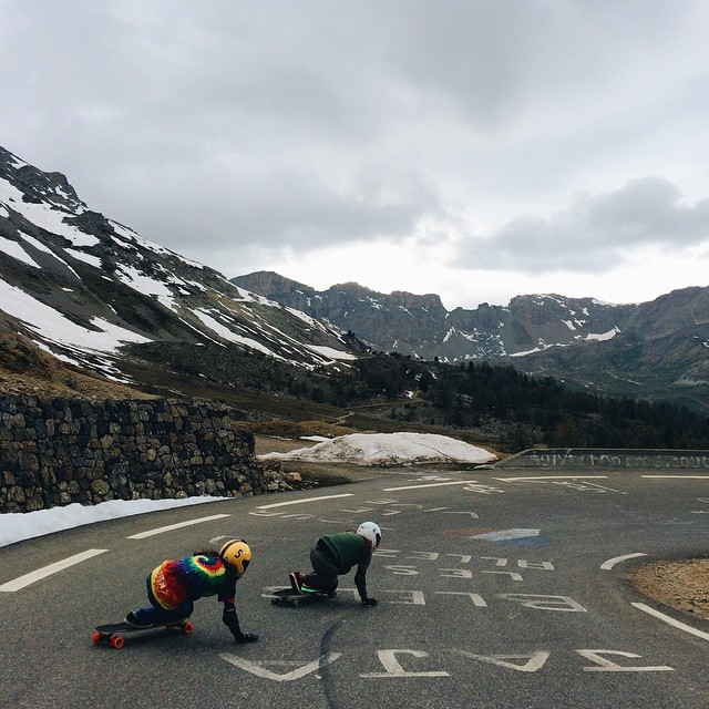 Today some of the French downhill ladies shooting the third episode of 'French Girls down the Mountains' under @mstr.pan's direction. Epic video on its way!  @valeriakechichian photo.  #longboardgirlscrew #girlswhoshred #lgcfrance #womensupportingwomen...