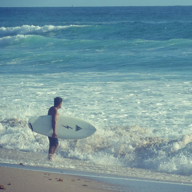 #AkelaSurf  break between  work  at palm  Beach  FL  cuando pega un swell