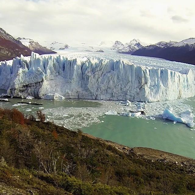 Imponente mire donde se lo mire... avanza un centrimetro x dia. Lo que me llamo la atencion es el ruido que produce las grietas internas debido al movimiento constante del glaciar.  #argentina #argentinaig #surargentino #maravillasdelmundo #glaciar...