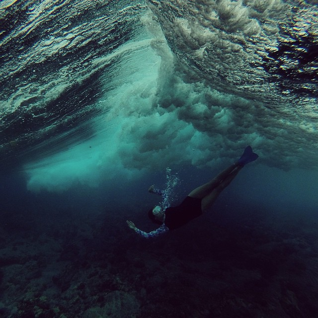 Going with the flow, it comes and goes.  @swellliving in an #odinasurf #surfie #lifeinhifi #konaboys #gearforislandlife #kaenon #navitasnaturals #rareform #organik #imaginesurf #itakebioastin #isurfiyoga #irideirecycle #gopro #teambioastin
