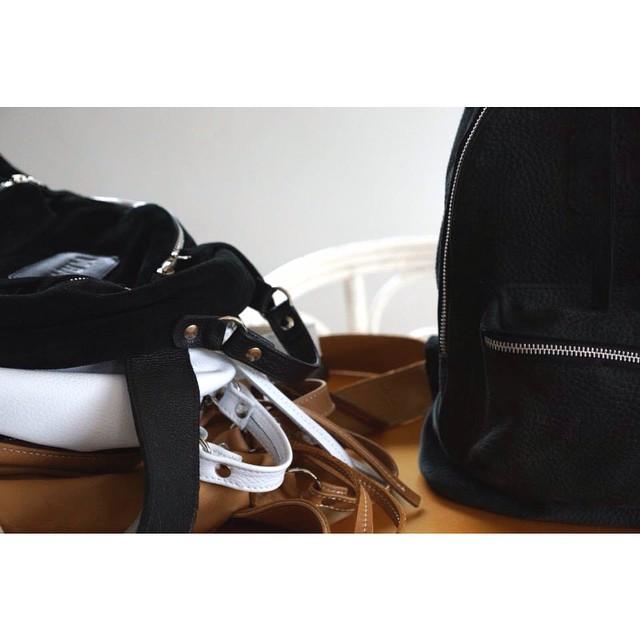En cuero negro, suela, blanco o gamuza | Los clásicos de nuestra mochila Mini Navajas
