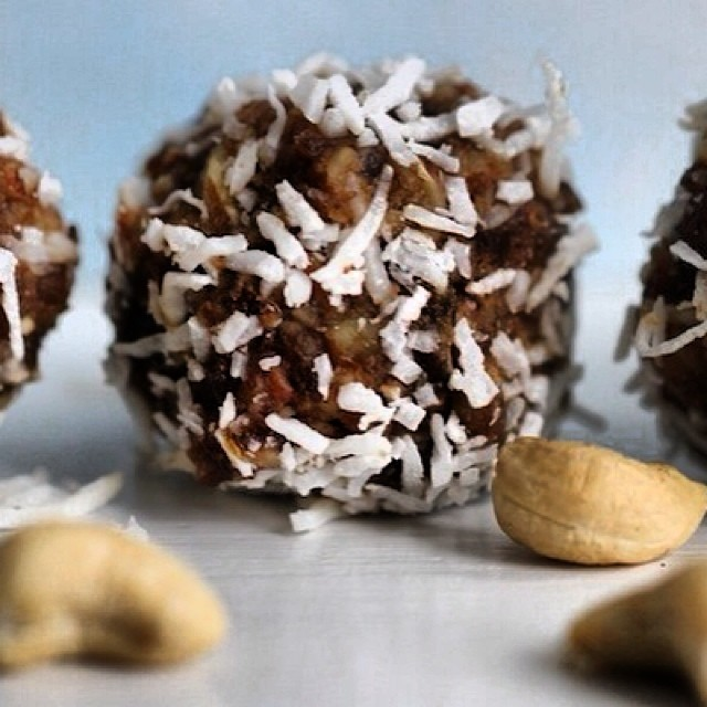 TASTY TUESDAYS // Cashew Coconut Energy Balls Um, Y U M.  Kick sugar to the curb this season with these healthy, tasty fruit-sweetened cashew balls that are a perfect snack to throw in a ziplock baggie and munch on the chairlift. They're naturally...