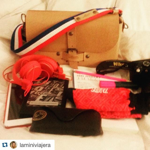 #Repost @laminiviajera with @repostapp. ・・・ #Viaje #RioDeJaneiro #Checklist :  #ipad ✅  #ebook ✅  #anteojos ✅  #MediasConOnda p/✈ ✅ @tiendasuarez #libro ✅  #maquinadefotos ✅  #auriculares ✅ Todo eso, dentro de la #motobag #brillante @annonibags