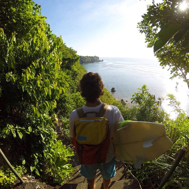 The nomad #discoverpack is making new friends in #Bali // #worldtour #surfing #fromsailstobags