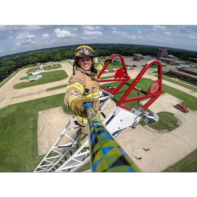 @jonathan_colby hanging out on the top of the tiller with his #ZephyrPole #DallasFireDepartment // @jonathan_colby pasando el rato en el departamento de bomberos de #Dallas #EEUU - ⬇⬇ SHOP ONLINE ⬇⬇ - ✨ www.zephyrgear.com.ar ✨ - #gopro...