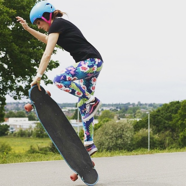@longboard_girls_crew_uk Ambassador @ballerignar styling in London.  Buen dia familia!  #longboardgirlscrew #womensupportingwomen #girlswhoshred #skatelikeagirl #cristinapadovano #london #lgcuk