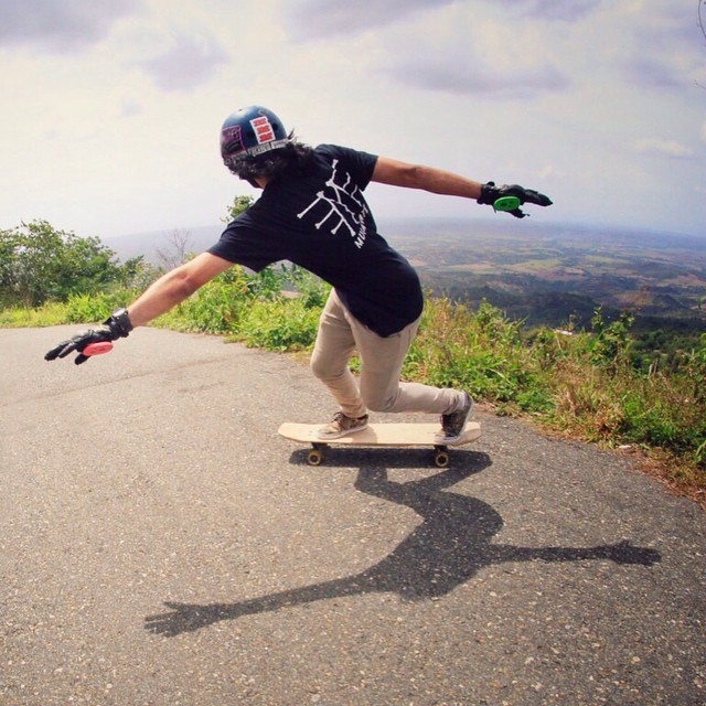 It's always a good idea to go skate right now and #keepitholesom @semerenegg by @juanca_p #delpatiolongboarding
