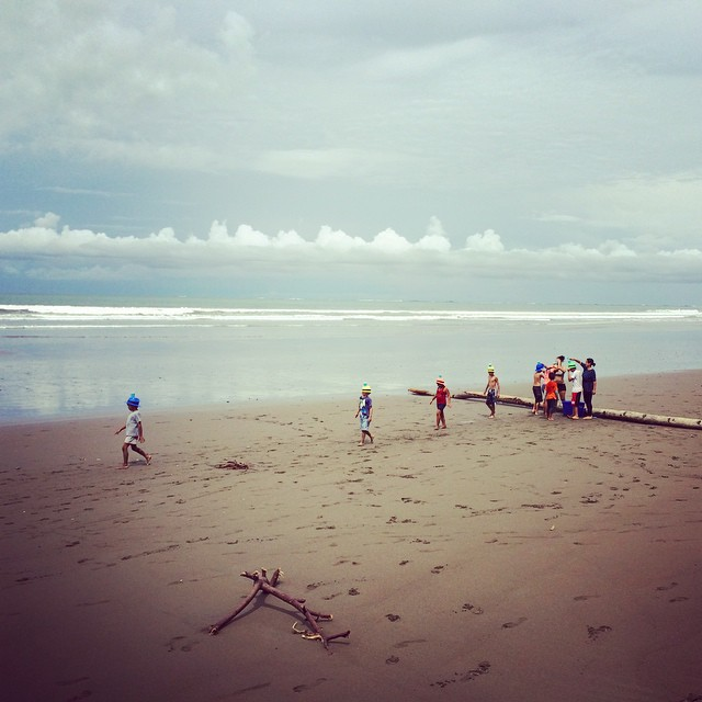Dale chibolos! Playing around is the best way to learn... And make genuine impacts! #coast2coast (en espirítu tambien) spent the morning facilitating games on #oceanconservation with a focus on #whales /// #ballenas at the Bahia Ballena National Marine...