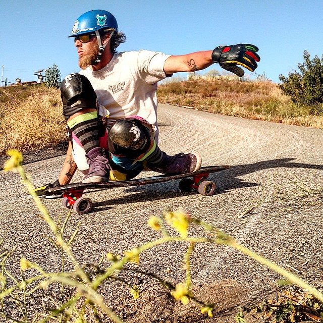 Friend of ulu LAGOON, @lonniesk8 going faster than you'd want to go! Yeee #uluLAGOON #lonniesk8 #downhill #riviera #gullwing #divine #ca #gofast #sk8 #rastasurfcult