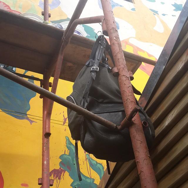 Oldie Everglade acompaña a Berni Ezcurra (arquitecto y artista) como mochila de trabajo • Hoy pintando mural en Alo's @alosbistro
