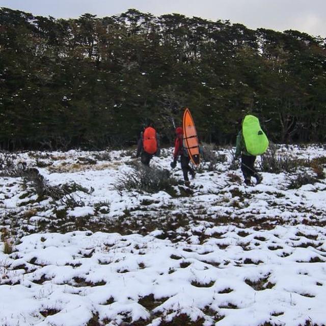 Salimos de Estancia Policarpo con nieve, cruzamos el Rio de mismo nombre con el agua por la cintura y continuamos caminando hasta que hicimos campamento en ese bosque.