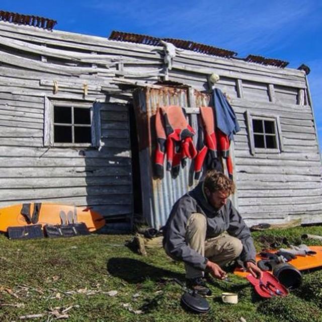 En el rancho 3 amigos aprovechando que salió el sol: tablas, trajes, platos, paneles solares y telefono satelital cargando