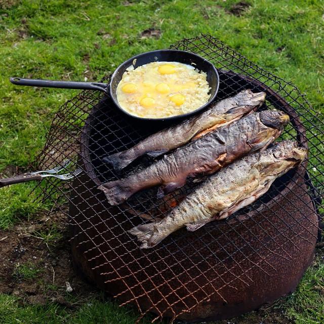 Despues de un buen dia de pesca, truchas y huevos al fuego en el tacho.
