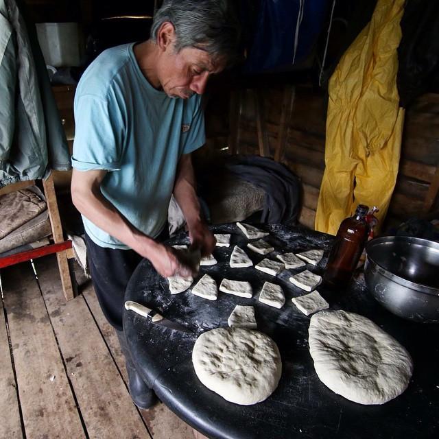 En el 3er día de expedición llegamos a Puesto Ibarra empapados por un fuerte granizo y ahí lo encontramos al Paisa , quien nos recibió con la salamandra encendida y se puso a amasar tortas fritas!