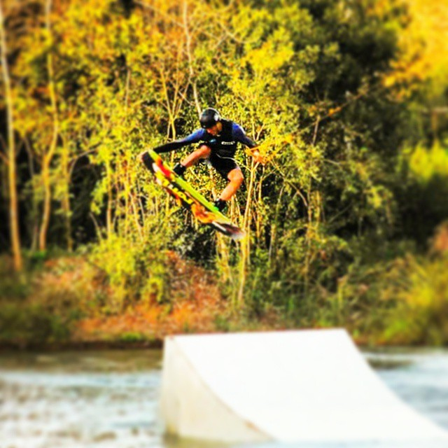 ●○•° FREESTYLE °•○● @edu_elli @palapapa_ @thegreenparrotco #water #beach #wakepark #rider #wakeboard #jump #style #high #green #session #perfect #shot #photo # #palapapa #color
