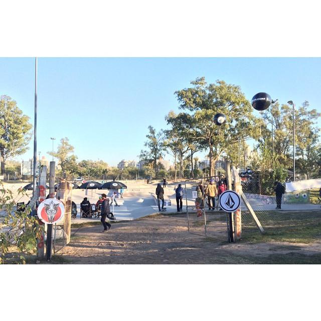 Condiciones perfectas en el parque Sarmiento, Cordoba. Un nuevo Wild in The Parks #volcomWITP #letthekidsridefree #volcomskate #cordoba #volcomargentina