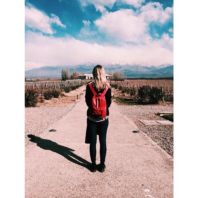 Valen con su mini navajas roja en Mendoza