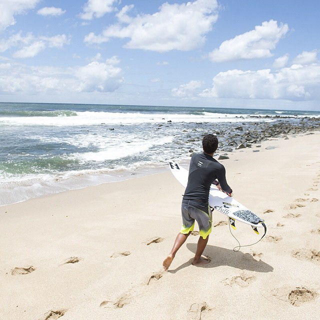 @joshmoniz mind surfs his way back up the point. #lifesbetterinboardshorts #theBillabongdaily