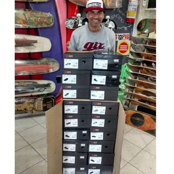 @sergioyuppie e seus tênis #QIX novinhos em folha pra usar na trip para o Chile. #qixteam #qix #skate #skateboard #skateboarding #downhill #trip #Chile #skateboardminhavida